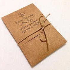 Deixe os seus convidados se emocionarem. Disponibilize na cerimônia as lágrimas de alegria. Podem ser entregues pela equipe de assessoria ou deixadas nos bancos e cadeiras. Modelo 03 rustico Envelope feito em papel kraft tam 8x12cm, ornamentado com cordão encerado. Contém 1 lenço de papel....