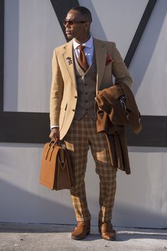 Para enfrentar as baixas temperaturas do inverno do hemisfério Norte com muito estilo, os fashionistas que marcaram presença na feira de moda masculina Pitti Uomo , em Florença, apostaram em peças clássicas, porém cheias de personalidade. A alfaiataria xadrez fez sucesso, principalmente entre os homens, e deu vida a blazers, casacos, calças, coletes e ternos inteiros – estes apenas para os iniciados no jogo fashion. + Street style: tons terrosos fazem a cabeça dos fashionistas em Londres ...