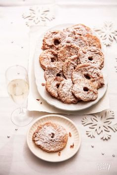 Appelbeignets bakken (appelflappen) – recept Dutch Recipes, Bread And Pastries, Christmas Cooking, Bagel, A Food, Sweet Tooth, Deserts, Yummy Food, Sweets