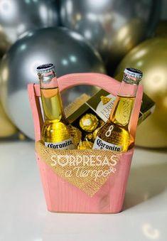 Coronita Rose | sorpresasatiempo Gift Baskets For Men, Gift Bouquet, Beer Gifts, Beautiful Morning, Hamper, Diy And Crafts, Valentines Day, Birthdays, Happy Birthday