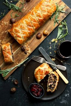 A rich and tasty Mushroom Wellington with chestnuts, spinach, caramelized onions. Perfect for a vegetarian Christmas dinner. Vegetarian Christmas Recipes, Holiday Recipes, Vegetarian Recipes, Cooking Recipes, Xmas Dinner, Vegan Christmas Dinner, Christmas Dinner Starters, Cannoli, Veggie Christmas