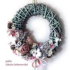 Věnec mátovo-růžový (215) Trvanlivá dekorace z přírodních materiálů a látkových květin, v kombinaci barev mátové a růžové. Vhodné i do venkovních prostor. Použitý materiál: barvené proutí, keramický ptáček, textilní květy, kořínky, plody bavlníku a eukalyptu, šišky, doplněno stuhami. Průměr věnce: 32 cm. Christmas Wreaths, Holiday Decor, Home Decor, Christmas Garlands, Homemade Home Decor, Holiday Burlap Wreath, Decoration Home, Interior Decorating