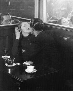 © Brassai, Couple d'Amoureux dans un Petit Cafe, Quartier Italie, 1932