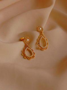 Gold Jhumka Earrings, Jewelry Design Earrings, Gold Earrings Designs, Gold Jewellery Design, Ear Jewelry, Cute Jewelry, Designer Earrings, Gold Jewelry, Jewelery