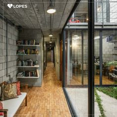 Por dentro da casa brasileira que ganhou o Prêmio de Arquitetura Instituto Tomie Ohtake AkzoNobel 2016. A simplicidade do projeto e ao mesmo tempo os detalhes únicos mostram o poder da arquitetura brasileira.