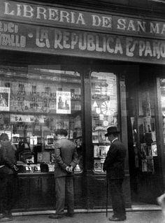 MADRID.- ESCAPARATE DE LA LIBRERIA SAN MARTIN, EN LA PUERTA DEL SOL, JUNTO AL QUE SE HALLABA CANALEJAS CUANDO FUE ASESINADO EN NOVIEMBRE DE 1912. EFE/ARCHIVO RICO ESTASEN Best Hotels In Madrid, Emo Love, Madrid Travel, Foto Madrid, Old Photography, Shop Fronts, Photo Journal, Old Pictures, Vintage Images