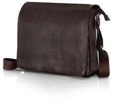 Pánska taška cez rameno z kvalitnej eko-kože s nastaviteľným popruhom, klopou na cvok, zadný vreckom na zips a hlavné veľkú vreckom na zips s vnútorným vreckom na zips. Vnútro veľkosti dokumentov A4. Rozmery: 34 x 7 x 38 cm