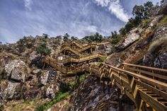 Puentes colgantes, escaleras vertiginosas y piscinas naturales en una ruta muy divertida junto al río Paiva, en Portugal