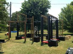 I scour the Internet for inspirational garage gym photos. Use them to find great ideas for your own gym. Lots of crazy and fancy garage set ups out there. Ninja Warrior Gym, Ninja Warrior Course, Outdoor Gym, Outdoor Workouts, Outdoor Fitness, Parkour, Crossfit Garage Gym, Backyard Jungle Gym, Backyard Playground