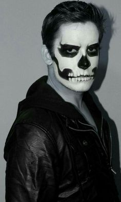 Halloween-Make-up-Ideen Halloween Makeup Ideas If you're looking for the perfect Halloween make-up, you've come to the right place. As we all know, Halloween is an annual holiday # Half Skeleton Face, Skeleton Face Paint, Skull Face Paint, Men Skeleton Makeup, Rosto Halloween, Adulte Halloween, Halloween Mug, Halloween Stuff, Vintage Halloween
