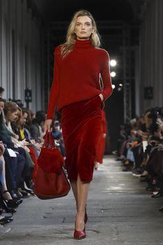 Max Mara Ready To Wear Fall Winter 2017 Fashion Show in Milan Live Fashion, Fashion Show, Fashion Outfits, Red Outfits, Runway Fashion, Womens Fashion, Fashion Trends, Milan Fashion, Fashion News