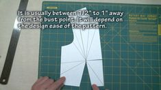 Explanation of darts and how to sew them (well-rated video tutorial) . Dart Manipulation, Manipulation Techniques, Hand Sewing Projects, Sewing Crafts, Bodice Pattern, Sewing Alterations, Sewing Courses, Sewing Hacks, Sewing Tips