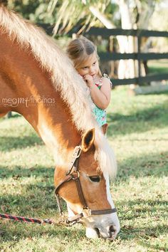 Children's photography / little girls pose idea / equestrian session / family photography / horses / natural light / little girls style / what to wear ideas