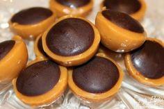 Ингредиенты: На 30 конфет: -Ирис сливочный - 250 г -Орехи (фундук) - 30 шт. -Шоколад темный - 50 г -Сливки (10%) - 6 ст.л. -Масло сливочн...