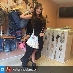 La hermosa modelo katerin Peláez con su mochila de MentaCoqueta