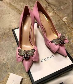 In love with these pointed bow heels 💖💖 thoughts? Fancy Shoes, Crazy Shoes, Cute Shoes, Me Too Shoes, Shoe Boots, Shoes Heels, High Heels, Bow Heels, Stilettos