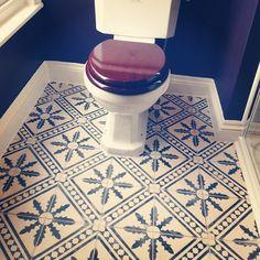 En klassiker hos oss är Palmblad - svartvit, 995kr/kvm Här inskickat av kund i London We like!! #marrakechgolv #marrakechdesign #kakel #klinker #tiles #fliser #flooring #badrum #bathroom #palmblad #maroccan #cementtiles #handmade #design #Padgram