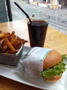 Maailman paras burgeri Friends&Brgersissa – IKKUNALLA by MariAnnukkaV