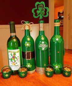 Looking for some Wine Bottle DIY ideas? Explore loads of brilliant Wine bottle crafts & have fun. Wine Bottle Corks, Glass Bottle Crafts, Diy Bottle, Glass Bottles, Wine Glass, Fete Saint Patrick, St Patrick's Day Decorations, Bottle Decorations, Bottle Centerpieces