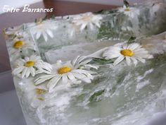 El gazpacho que publiqué ayer, con el que participo en el  concurso de Lazy blog , estaba presentado en un recipiente de hielo. Tal como ...
