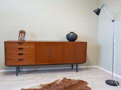 Gerade fertig geworden: Sehr schönes gut aufgeteiltes Sideboard Teakholz-furniert vermutlich aus den 60er Jahren... #TeakSideboard #Sideboard #DänischesSideboard #SideboardTeakholz #MidCenturyModern #MidCenturySideboard #60erSideboard #DanishDesign #RetrosalonKöln #Retrosalon #Vintagemöbel #vintagefurniture #vintage #Upcycling #interiordesign #interior #Inneneinrichtung #Einrichtung #Inneneinrichter #Köln
