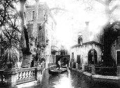 """""""Venedig in Wien"""" wurde 1895 im Prater, auf dem Platz der heutigen Kaiserwiese, eröffnet. Der mehrere Tausend Quadratmeter große Nachbau der Stadt Venedig war einer der ersten Themenparks der Welt. Heute erinnert nur noch die Straßenbezeichnung """"Venediger Au"""" an den einstigen Glanz der Kanäle, Palazzi und Gondolieri."""