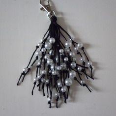 Porte clés ou bijou de sac, grigri...  perles nacrées blanches fantaisie de différentes tailles sur lin noir