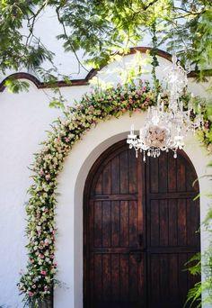 Un arco de flores para entrada a iglesia!! Con toques de chandelier para darle mas elegancia!!