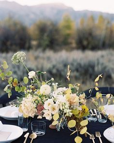 Such gorgeous movement in this centerpiece by @tingefloral & @hollymcarlisle. See more of her work in our feature of the Alere retreat by @12thtable and @laurenledbetter on Once Wed! Image: @tecpetaja by oncewed