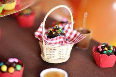 colocamos os cupcakes em cestinhas de palha ( viva a 25!), forradas com retalhos de algodão xadrez ( de novo, nas cores da festa!)  O acabamento foi feito com tesoura de picotar.