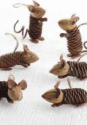 Pinecone mice, a wonderful craft with nature objects. Maybe to decorate the Christmas tree!.