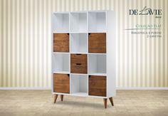 Design clean, ângulos diferentes e madeira aparente, mesclada a tinturas aplicadas em laca fosca e patina.