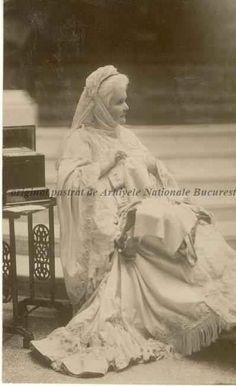 BU-F-01073-5-04755-13 Regina Elisabeta a României. Pe verso mesajele reginei în limba franceză, s. d. (sine dato) (niv.Document) Romanian Royal Family, My Grandmother, Queen Anne, My Father, Queens, The Past, Royalty, Statue, Traditional
