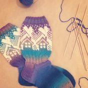 Neuleryhmissä on talven mittaan neulottu ihania mökkisukkia, joiden kuvio oli alun perin osa Metsänväki-sukkia. Wool Socks, Knitting Socks, Mittens, Crafts For Kids, Awesome Socks, Fashion, Socks, Tejidos, Knit Socks