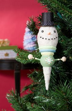 http://www.plaidkidscrafts.com/2011/12/12/MakeItMondayHappySnowmanOrnament.aspx