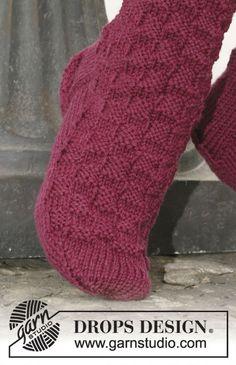 "DROPS Socken mit Würfelmuster in ""Karisma"" oder ""Merino"". Knitting Patterns Free, Free Knitting, Baby Knitting, Free Pattern, Crochet Patterns, Drops Design, Magazine Drops, Bed Socks, Knitted Slippers"