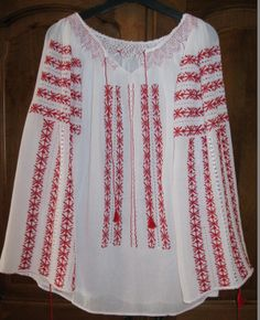 Romanian Blouse Flower Embroidery Designs, Folk Embroidery, Learn Embroidery, Embroidery Patterns, Palestinian Embroidery, Summer Prints, Peasant Blouse, Embroidery Techniques, Ethnic Fashion