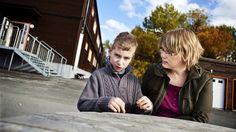 Sønnen til Marthe har autisme og må forholde seg til 19 hjelpere på skolen.