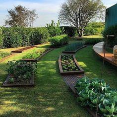 Quem não queria ter essa hortinha no quintal de casa? Projeto assinado pela paisagista @mariajoaodorey.