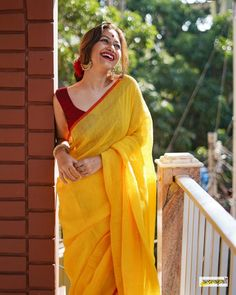 Chec out differnt ways on how to style linen sarees and all the tips and tricks on styling linen sarees. Trendy Sarees, Stylish Sarees, Fancy Sarees, Indian Fashion Dresses, Dress Indian Style, Indian Designer Outfits, Fashion Outfits, Cotton Saree Designs, Saree Blouse Designs