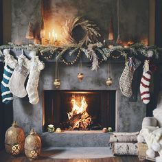 Inspirations and ideas for a christmas fireplace mantle decoration Christmas Fireplace, Christmas Mantels, Christmas Mood, Noel Christmas, Rustic Christmas, Christmas And New Year, All Things Christmas, Fireplace Mantel, Christmas Stockings