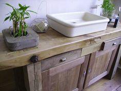 une commode en bois vieilli tiroirs et un vasque en pirre dans la salle de bains maison d co. Black Bedroom Furniture Sets. Home Design Ideas