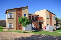 Willowbrook Brilliant investment! 1 Bedroom, open-plan living, full bathroom, carport, good security, great views from a large patio. Near Ruimsig.