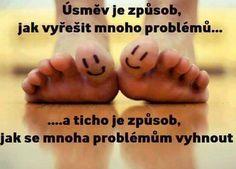 Úsměv je způsob, jak vyřešit mnoho problémů... a ticho je způsob, jak se mnoha problémům vyhnout.