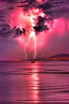 pink sky, pink lightning and purple clouds Image Nature, All Nature, Amazing Nature, Nature Pictures, Cool Pictures, Cool Photos, Beautiful Pictures, Fuerza Natural, Wild Weather