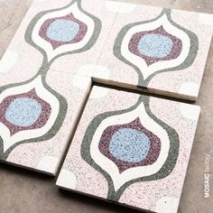 Baldosa hidráulica con la capa de color reforzada con gránulos de cristal y mármol para una mayor resistencia y durabilidad. Granito, o terrazzo de grano fino, con dibujo árabe en rosa, verde, azul y berenjena. Perfecto para suelos de alto tráfico. #granito #terrazzo #mosaicohidraulicoresistente #mosaicdelsur #mosaicfactory Mosaic Del Sur, Terrazo, Tiles, Coasters, Frame, Color, Home Decor, Granite, Mantle