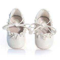 White pearly shoes for little Snow Whites. Handmade from white leather and embellished with leather leaves and pearls 🦄❄️🙃 #babyshoes #whiteshoes #babyfashion #couture #vibys #vibysbaby #fashionblogger #babyblog #pearls #luxuryshoes #babyblogger #fashiondesign #crystalshoes #kidsshoes #kidsblog #shoedesign #shoedesigner #shoephotography #productphotography #fashionstylist #kidsphotographer #fashiondesigner #fashionphotography #handmadeshoes #shoemaker #styleinspiration #shoeaddict…