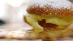 Op algemeen verzoek maakt Jeroen Boules de Berlin. Het deeg wordt gefrituurd en dan gevuld met crème pâtissière, een klassieke vanillepudding gemaakt met eierdooiers en melk