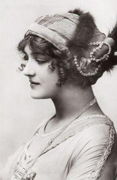 """vestatilleys: Lily Elsie in """"A Waltz Dream"""". Vintage Glamour, Vintage Beauty, Vintage Art, Vintage Pictures, Old Pictures, Old Photos, Edwardian Era, Edwardian Fashion, Vintage Fashion"""