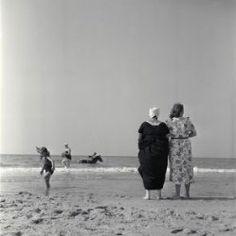 Walcheren 1950, strand, vrouwen in klederdacht, kind en man op paard. Collectie Stadsarchief Amsterdam  #Zeeland #Walcheren